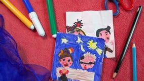 'Lápiz y marcador en un fondo rosado con muchos dibujos del niño hermoso '