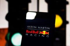 'Aston Martin Red Bull Racing 'van het teamembleem Formule 1 op het scherm van het mobiele apparaat stock fotografie
