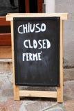 'chiuso ', 'geschlossen ', 'ferme 'Zeichen geschrieben in drei Sprachen: Englih, italienisch und französisch stockbilder