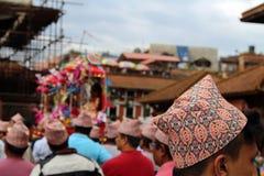 'Dhaka Topi 'versleten door lokale Nepali-mensen die een festival rond het Vierkant van Patan Durbar hebben stock foto