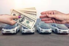 'Het kopen auto 'conceptie, dollarovereenkomst tussen vrouwelijke handen royalty-vrije stock afbeeldingen