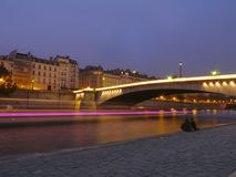 'Iedereen zegt I-liefde u '- romantische avond in Parijs door de Zegen stock afbeeldingen