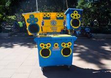 'Is een Correct Systeem van Sunny Bins in een wheeliebak toekomstig van mobiel geluid en het vermaak, gebruikt zonnemacht stock afbeelding