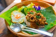 'Krapow Moo Kai Dow 'oder Schweinefleischbasilikum- und -paprikaaufruhrfischrogen mit Spiegelei stockfotos