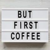 ?Maar eerste koffie ?woorden op moderne raad over witte houten oppervlakte, hoogste mening Lucht, vlak leg hierboven, van stock foto