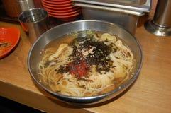 'Mitternachtsnahrungsmittel'koreanische Sardellen-Nudelsuppe, myulchi guksu, Seoul-Art, Korea stockbilder