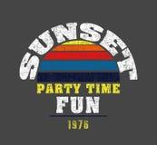 'Sonnenuntergang, Parteizeit, Spaß'Typografie, zur Schau tragende T-Shirt Grafiken lizenzfreie abbildung
