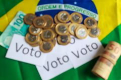 'Voto 'in het Portugees: De stem, samenvatting defocused op politieke corruptie in Brazilië en de aankoop van stemmen in verkiezi stock foto's