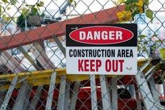 """""""Ο κίνδυνος, περιοχή κατασκευής, κρατά έξω """"το σημάδι στοκ εικόνες με δικαίωμα ελεύθερης χρήσης"""