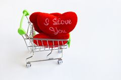 """""""Σ' ΑΓΑΠΏ """"κόκκινες καρδιές στο κάρρο αγορών στο λευκό Διάστημα αντιγράφων, υπόβαθρο έννοιας για την ημέρα βαλεντίνων στοκ φωτογραφία με δικαίωμα ελεύθερης χρήσης"""