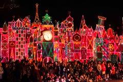 """""""它是一个小世界""""吸引力在迪斯尼乐园准备好圣诞节 库存图片"""