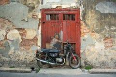 """""""自行车的男孩""""街道艺术在乔治市,马来西亚 库存图片"""