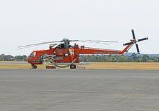"""""""马尔科姆""""接受在柏油碎石地面的Helitac 743埃里克森空起重机维护在Ballarat机场 免版税图库摄影"""