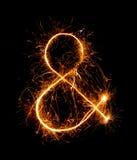 """""""&""""号标志由烟花闪烁发光物做成在晚上 免版税库存图片"""