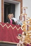"""""""""""唱歌从一个阳台的Saetera在Triana区在圣洁星期一的队伍期间 免版税库存图片"""