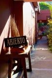 """""""Abierto""""或""""在圣安东尼奥de Areco,阿根廷打开""""在商店的标志 免版税库存图片"""