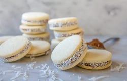 """""""Biscotti tradizionali deliziosi del panino dell'Argentina di Alfajores riempiti di latte caramellato - """"dolce de leche """"e noce d fotografie stock"""