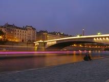 """""""Chacun indique je t'aime """"- la soirée romantique à Paris par la Seine images stock"""