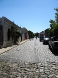 """Colonia, Ουρουγουάη, Enero 15, 2011: αποικιακή οδός με τους τουρίστες ` στοκ εικόνες"