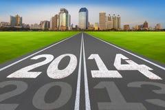 """""""Concetto 2014 del nuovo anno"""", strada con la città moderna. Fotografie Stock Libere da Diritti"""