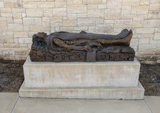 """""""Enseveli """"par Gib Singleton dans le jardin de sculpture en Via Dolorosa du musée de l'art biblique à Dallas, le Texas photo libre de droits"""