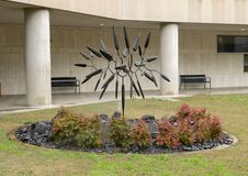 """""""Fleur se développante en spirales """"par George Surls en dehors de Zale Lipshey Hospital à Dallas, le Texas photos stock"""