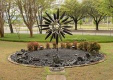 """""""Fleur se développante en spirales """"par George Surls en dehors de Zale Lipshey Hospital à Dallas, le Texas images stock"""