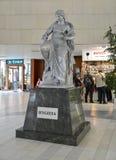 """""""Hygieia""""雕塑在卡洛维变化 cesky捷克krumlov中世纪老共和国城镇视图 库存照片"""