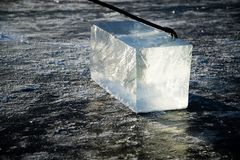 """""""I lavoratori dei minatori del ghiaccio estraggono i grandi cubi del ghiaccio naturale del fiume fotografia stock"""
