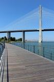 """""""Parque foothpath del das Nações"""" y puente de """"Vasco da Gama"""" Fotografía de archivo libre de regalías"""