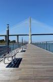 """""""Parque foothpath del das Nações"""" y puente de """"Vasco da Gama"""" Fotos de archivo"""