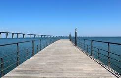 """""""Parque foothpath del das Nações"""" y puente de """"Vasco da Gama"""" Imagenes de archivo"""