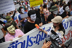 """Protesto antigovernamental da máscara branca"" em Banguecoque Foto de Stock"