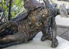 """""""Robe longue colorée par vin """"par Gib Singleton dans le jardin de sculpture en Via Dolorosa du musée de l'art biblique à Dallas,  photos libres de droits"""