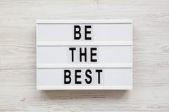 """""""Soyez les meilleurs """"mots sur un conseil moderne sur un fond en bois blanc Configuration plate, vue a?rienne et sup?rieure Plan  photo stock"""