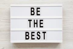 """""""Soyez les meilleurs """"mots sur un conseil moderne sur une surface en bois blanche Configuration plate, vue a?rienne et sup?rieure images stock"""