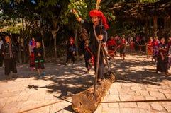"""""""Tirando"""" de la demostración de madera de un pueblo de Wa Foto de archivo libre de regalías"""