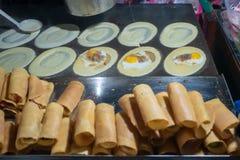 """""""Tokyo """"un aliment thaïlandais de rue sur une casserole plate photo libre de droits"""