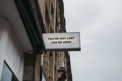"""""""Vous n'êtes pas perdu, vous êtes ici """"signe photographie stock"""