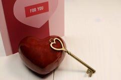 """""""Nyckel- formar förälskelsebegreppet till för min hjärta"""", med guld- hjärta nyckel- och röd hjärta Royaltyfri Bild"""