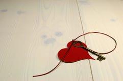 """""""Nyckel- formar förälskelsebegreppet till för min hjärta"""", med guld- hjärta nyckel-, och röd hjärta på sjaskigt chic trä för vit b Royaltyfri Bild"""