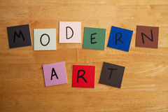 """""""Undertecknar MODERN KONST"""" - konsterna, målning, gallerit, modernism. Royaltyfri Foto"""