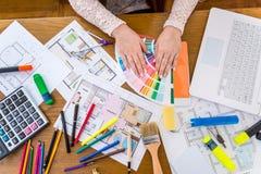 """""""Зачатие рабочего места дизайнеров """"на деревянном столе стоковые изображения"""