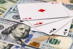 """""""Комбинация 4 тузов """"на американских банкнотах доллара стоковые фотографии rf"""