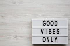 """""""Слова хороших флюидов только """"на lightbox над белой деревянной предпосылкой, взглядом сверху Сверху, надземное, плоское положени стоковая фотография rf"""
