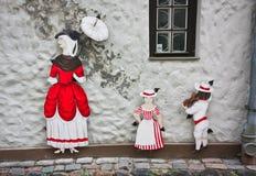 """""""Familie in rood"""" op de straat van Riga Stock Fotografie"""