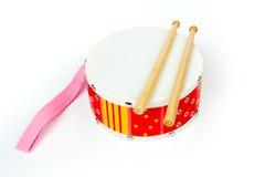 """""""Gele die trommel rode †met trommelstokken op witte achtergrond worden geïsoleerd Muzikaal instrument, Trommelstuk speelgoed vo Royalty-vrije Stock Fotografie"""