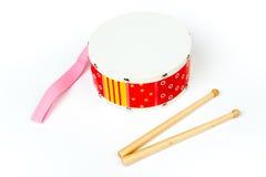 """""""Gele die trommel rode †met trommelstokken op witte achtergrond worden geïsoleerd Muzikaal instrument, Trommelstuk speelgoed vo Stock Afbeelding"""