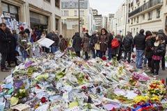 """""""Je-suis Charlie"""" - rouwend bij 10 Rue Nicolas-Appert voor de slachtoffers van de slachting bij het Franse tijdschrift """"Charlie H Stock Afbeeldingen"""
