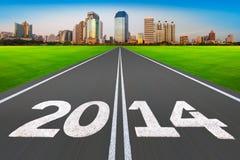 """""""Konzept 2014 des neuen Jahres"""", Straße mit moderner Stadt. Stockfoto"""